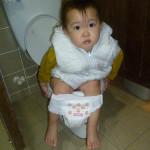 貝貝練習自己上廁所 (1歲10個月 起)